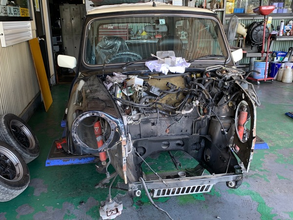 ミニ専門店エムズコレクションミニクーパーエンジン脱着、フレーム修正板金塗装、MK-Ⅱテール交換、ミニクーパーレーシングドアミラー、ステンレスマフラー取付